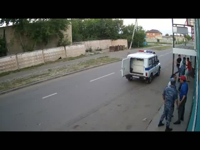 Казахские полицейские избили посетителей кафе