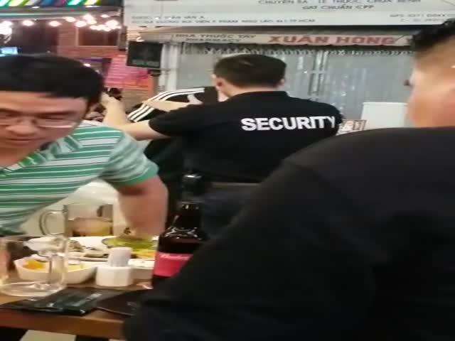 Турист получил удар локтем в лицо