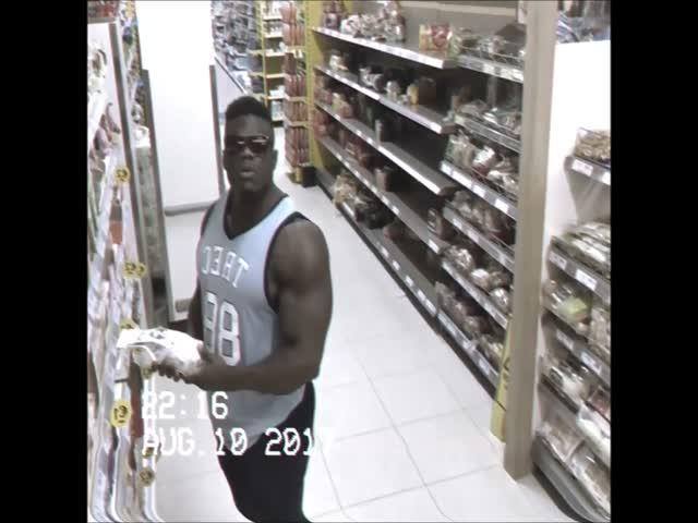 Бодибилдер решил впечатлить своей мускулатурой сотрудников супермаркета