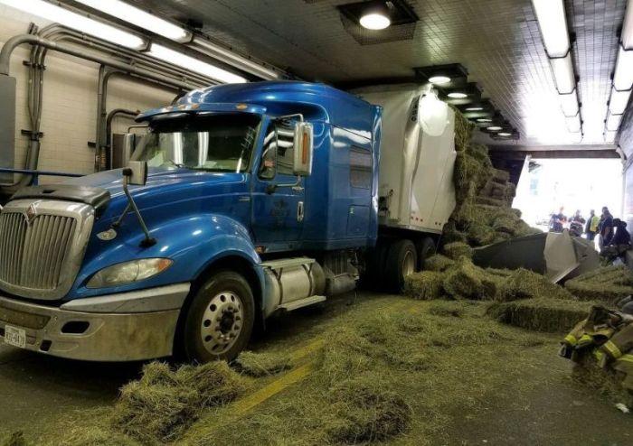 В США грузовик застрял в тоннеле, из-за того что водитель не учел высоту (4 фото)