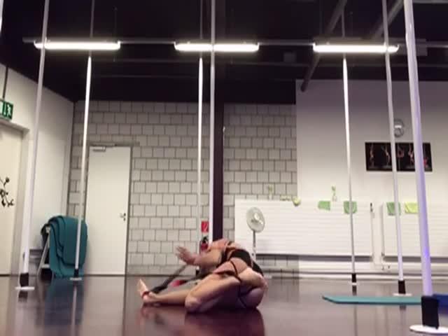 Гимнастка запуталась в спортивном снаряде