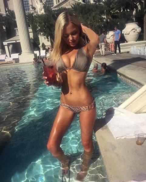 Красивые девушки в купальниках (31 фото)