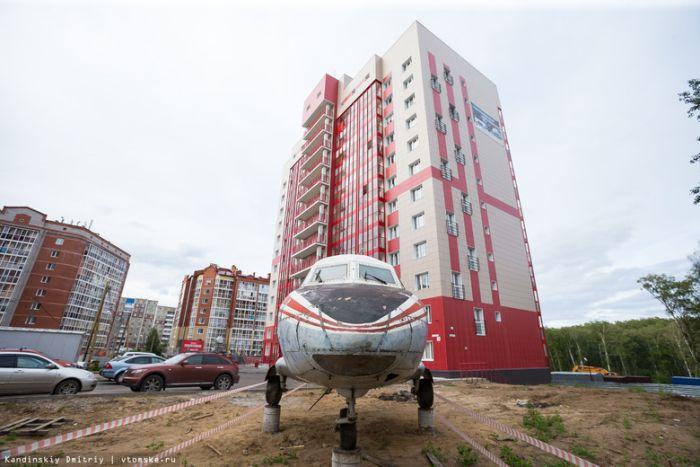 В Томске во дворе жилого дома установили самолет (4 фото)