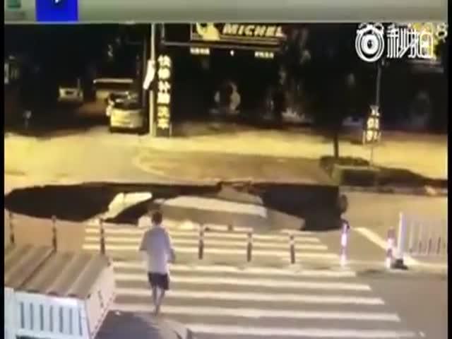 Парень не заметил провал на дороге