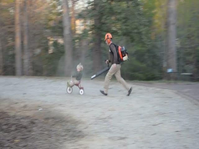 Мужчина придумал отличное развлечение для ребенка