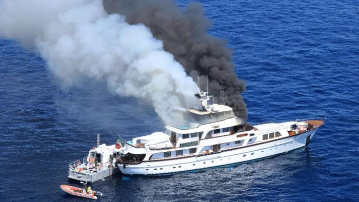 Пожар на яхте If Only в Средиземном море (5 фото)