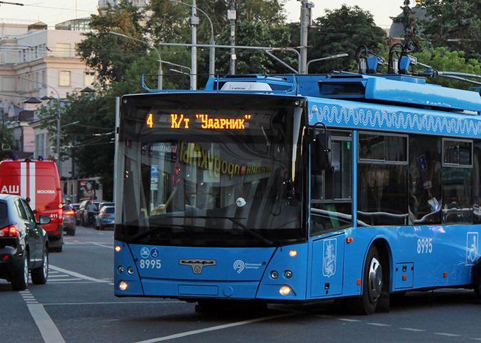 В Москве столкнулись электрокар Tesla и троллейбус (фото)