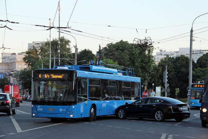 Авария XXI века: в Москве столкнулись электрокар Tesla и троллейбус (фото)