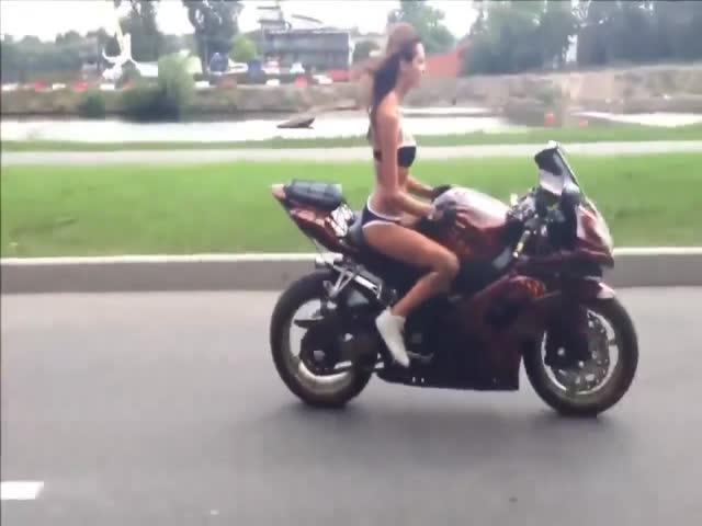 Девушка выполняет опасные трюки на мотоцикле