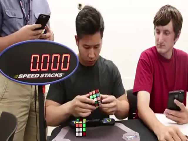 Парень собрал два кубика Рубика за 18,9 секунды