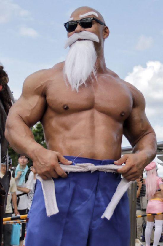 Косплей на мастера Роши из манги «Жемчуг дракона» (9 фото)