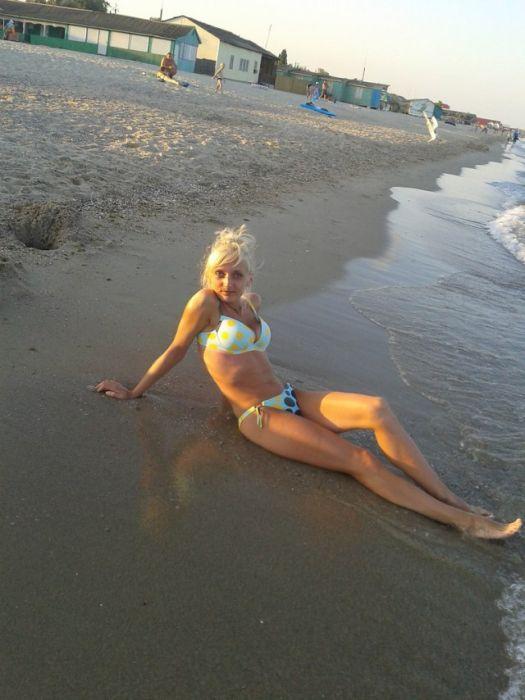 Симпатичные девушки на пляже (41 фото)