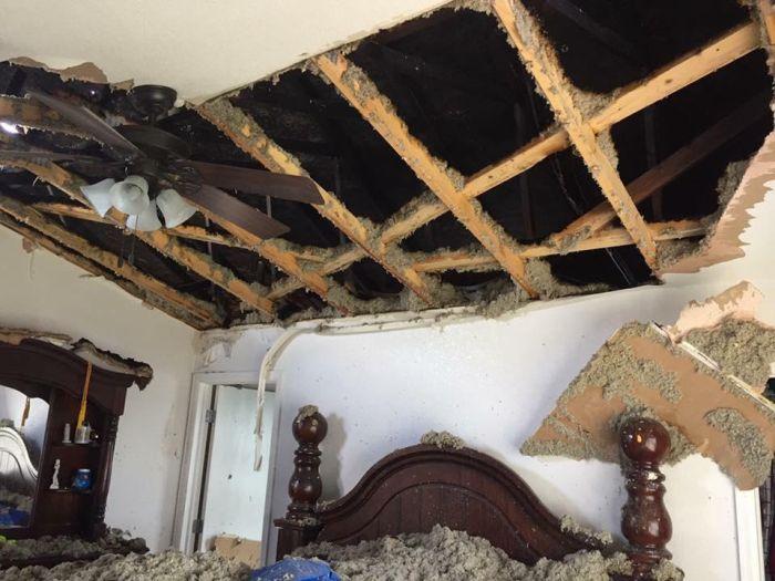 Дом, в который попала молния (5 фото)