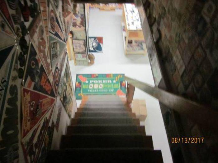 Большую коллекцию безделушек обнаружили в доме умершего мужчины (28 фото)