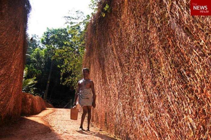 Наполовину парализованный индиец прорыл 200-метровую дорогу к своему дому (3 фото)