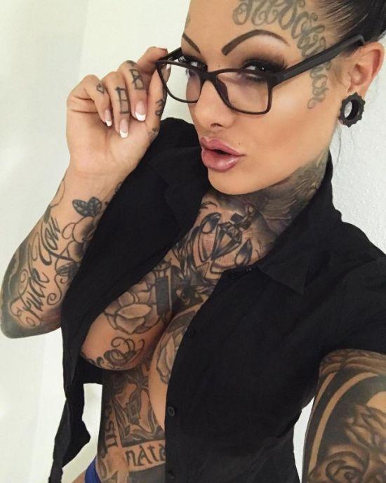 Немка покрыла татуировками все свое тело (11 фото)