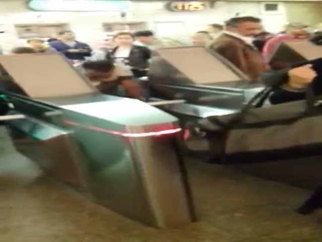 Цыгане бесплатно прошло в питерское метро