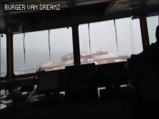 Контейнеровоз во время шторма