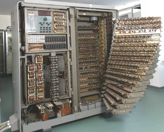 Разъем для подключения периферийного устройства к компьютеру 65 лет назад (3 фото)