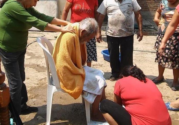 Неравнодушные люди привели в нормальный вид бездомного мужчину (2 фото)