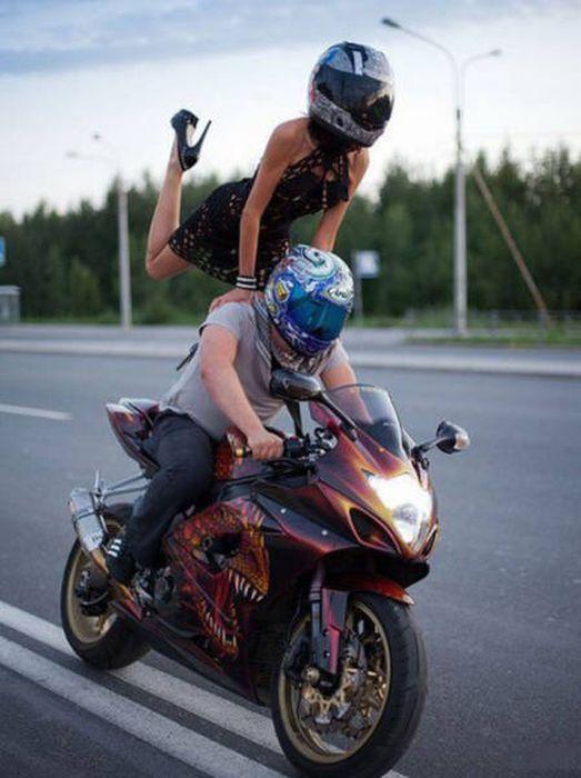 Девушки и мотоциклы (43 фото)