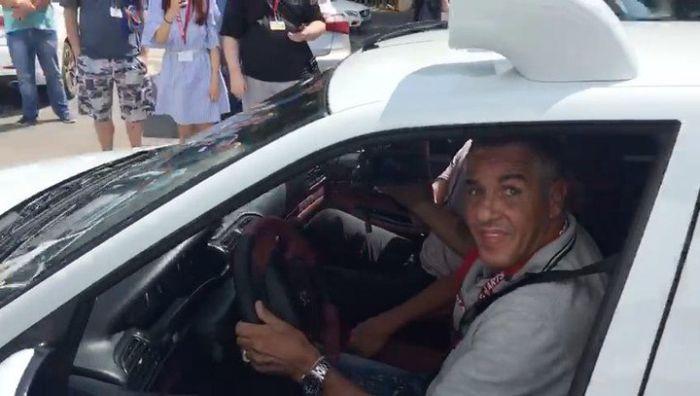 Актер Сами Насери, таксист Даниэль из фильма «Такси», прокатился по Ростову на копии машины из кино (2 фото + видео)