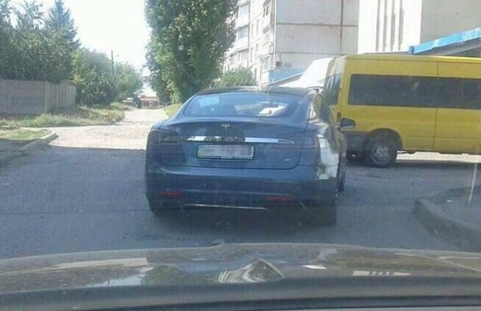 Электромобиль Tesla бросили посреди перекрестка (2 фото)