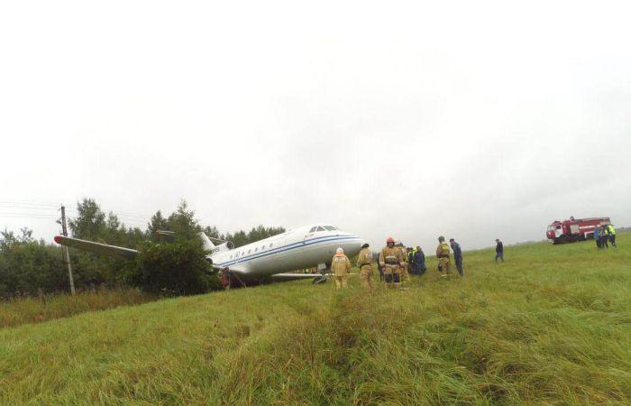В аэропорту «Раменское» самолет ЯК-40 выкатился за пределы взлетно-посадочной полосы (2 фото)