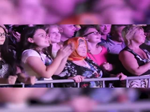 Танцующая бабушка на концерте в Сыктывкаре