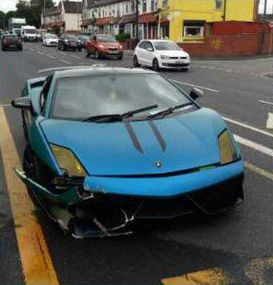 Неизвестный устроил аварию на арендованном Lamborghini (4 фото)