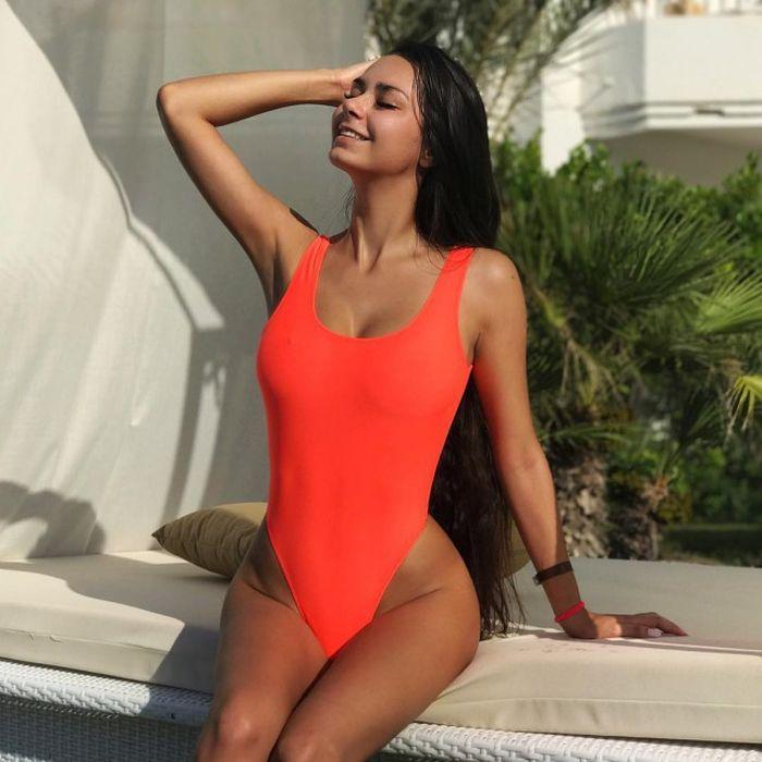 Привлекательные девушки в сплошных купальниках (32 фото)