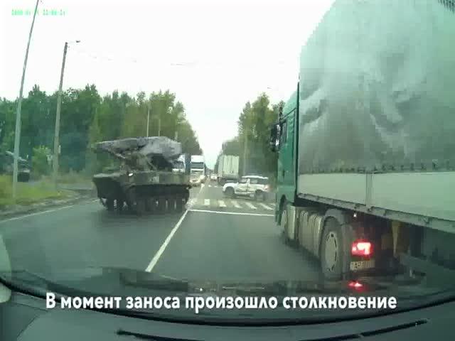 В Рязани бронетехника столкнулась с автомобилем