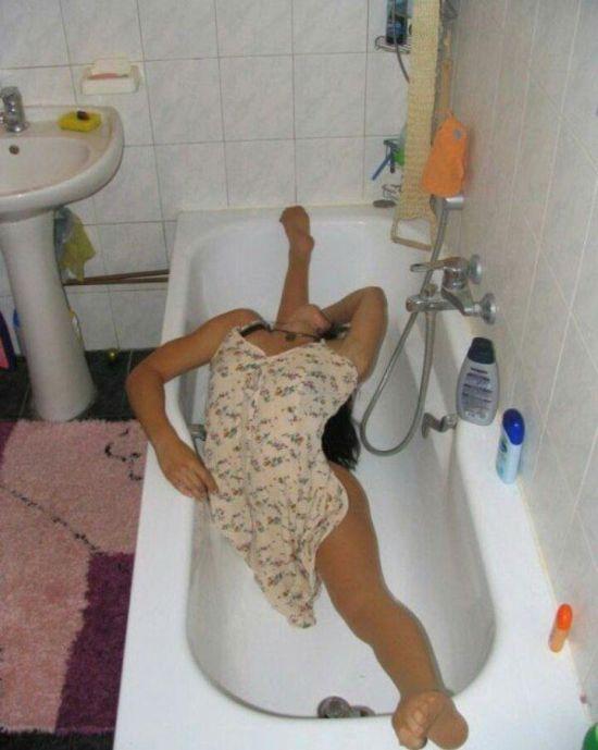 Девушка демонстрирует растяжку в ванной (3 фото)