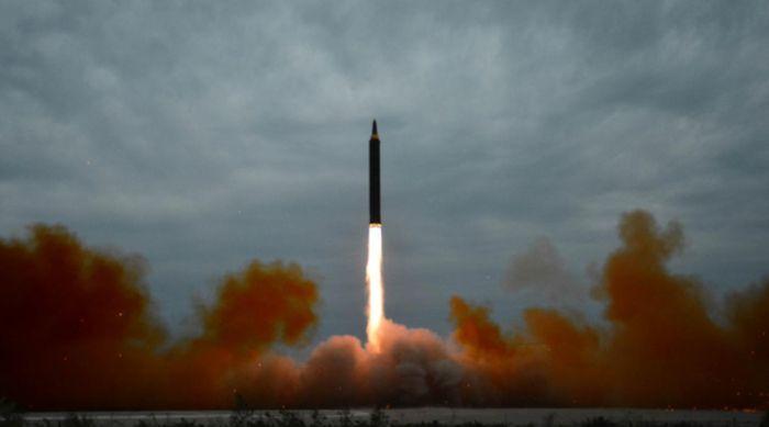 Запуск баллистических ракет привел в восторг Ким Чен Ына (5 фото)