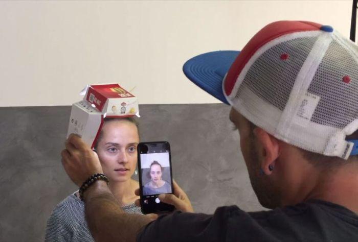 Удивительные фотопортреты, сделанные на смартфон с использованием нехитрой осветительной установки (11 фото)