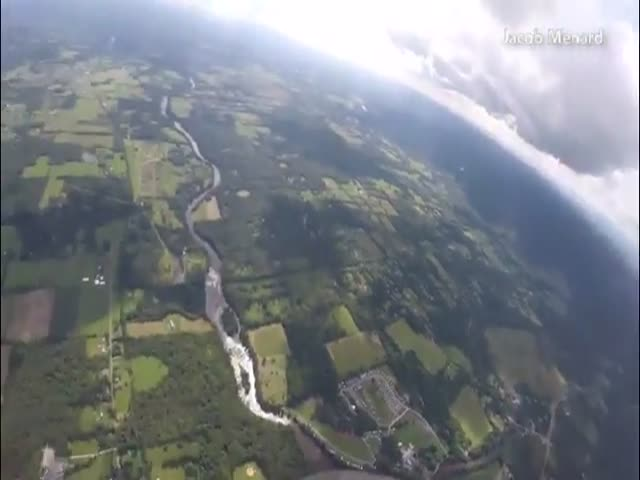 Парашютист едва разминулся с самолетом
