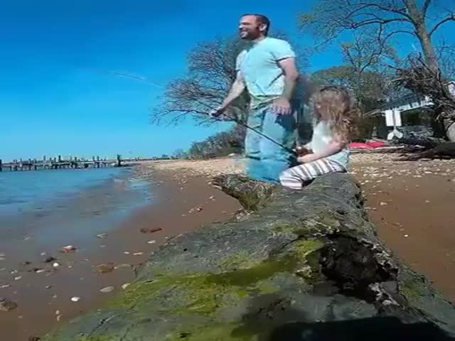 Девочка испугалась своего улова