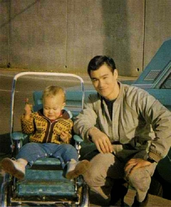 Фотографии из семейного альбома Брюса Ли (32 фото)