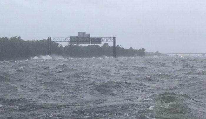 Ураган «Харви»: когда океан поглощает все вокруг (2 фото)