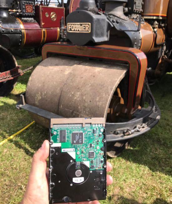 Жесткий диск с незаконченными произведениями Терри Пратчетта уничтожили паровым катком (5 фото)