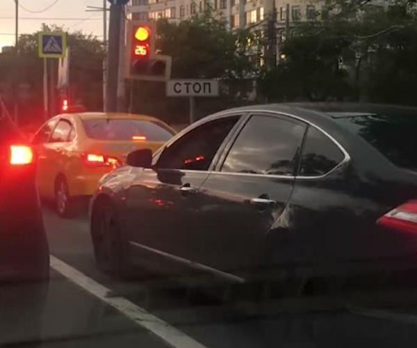 Водитель Nissan Teana со спецсигналом устроил истерику на перекрестке