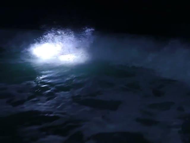 Ночной серфинг на светящейся доске