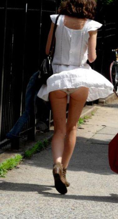 Девушки в коротких юбках (30 фото)