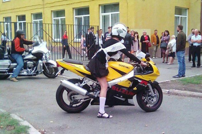 В Челябинске школьница отправилась на торжественную линейку на байке (3 фото + видео)