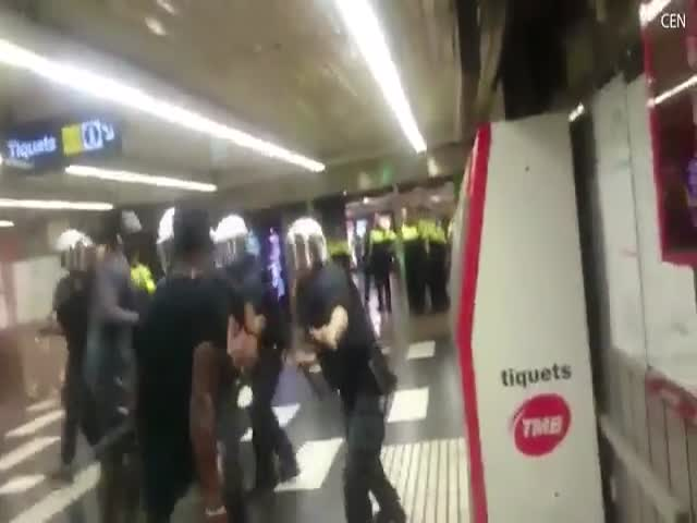 Стычка между полицией и мигрантами в метро Барселоны