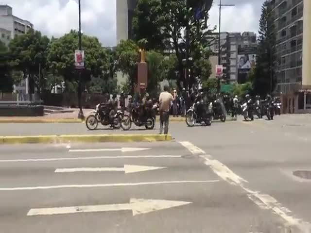 Нападение на мотоколоннуполицейских в Венесуэле