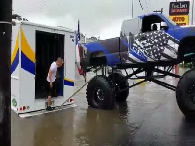 Монстр-траки пришли на помощь жителям Техаса