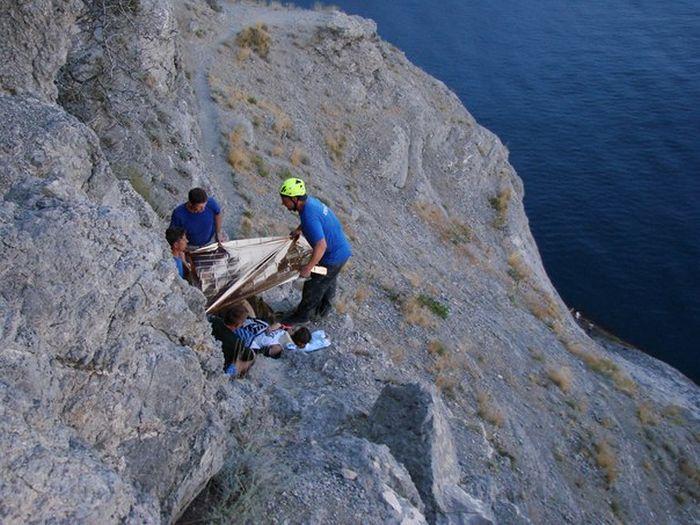 Девушка сорвалась со скалы, делая селфи (5 фото)