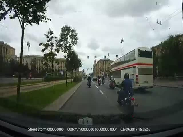 В Санкт-Петербурге байкеры набросились на автомобилиста