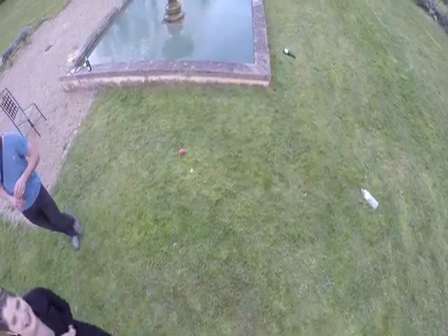 Девушка увлеклась кривлянием перед дроном
